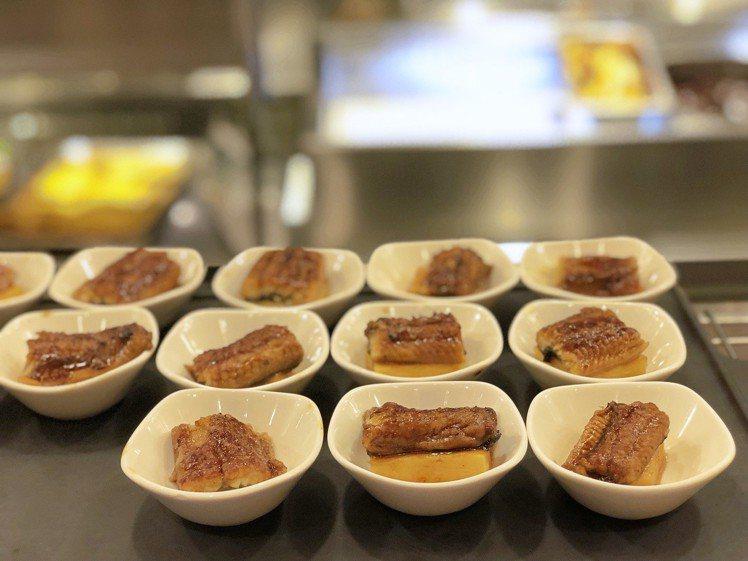 亞洲料理中,有採用先蒸後烤的鳳梨蒲燒鰻。記者魏妤庭/攝影