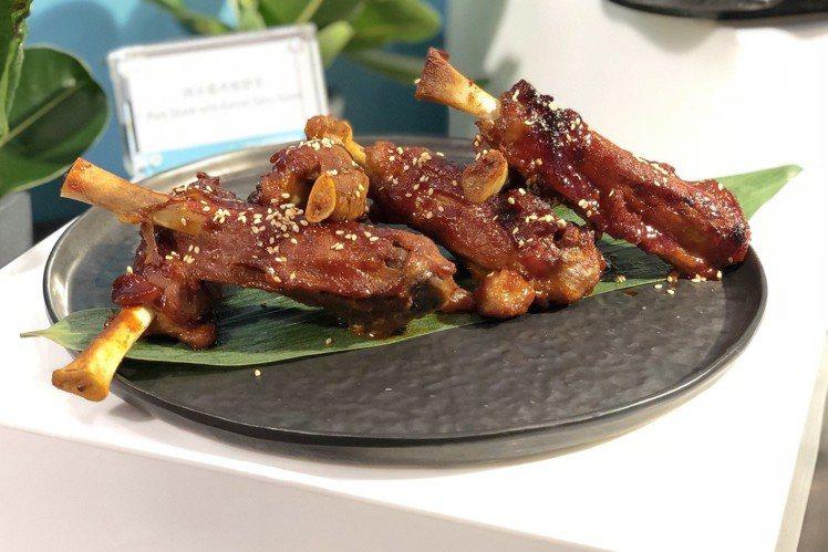 辣味醬烤豬腱骨吃起來特別開胃。記者魏妤庭/攝影
