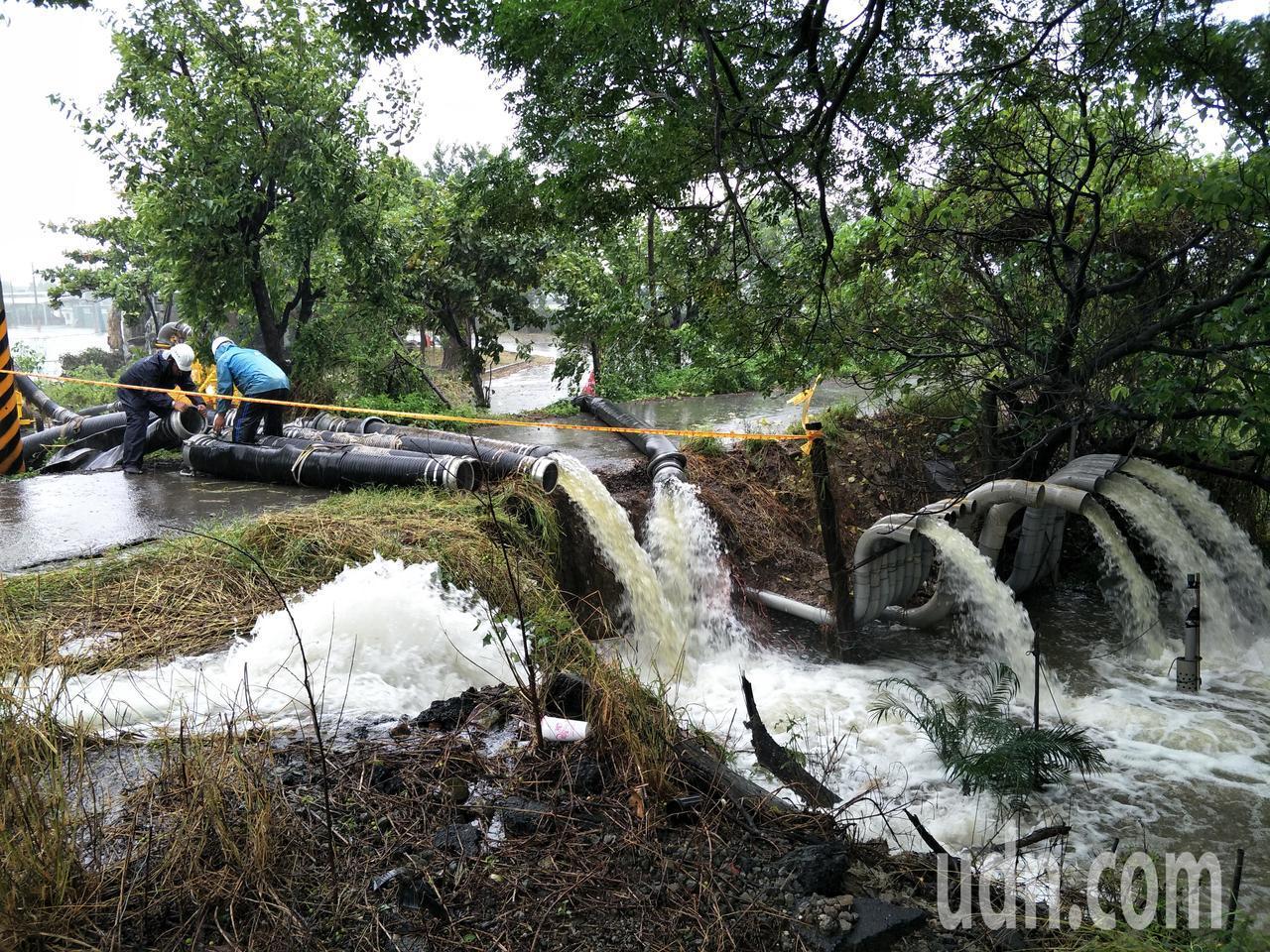 雨勢暫緩,真理大學台南麻豆校區全力抽水。記者謝進盛/攝影