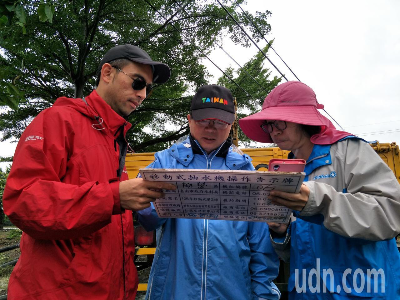 台南市代理市長李孟諺(中)勘查積水區域。記者謝進盛/攝影