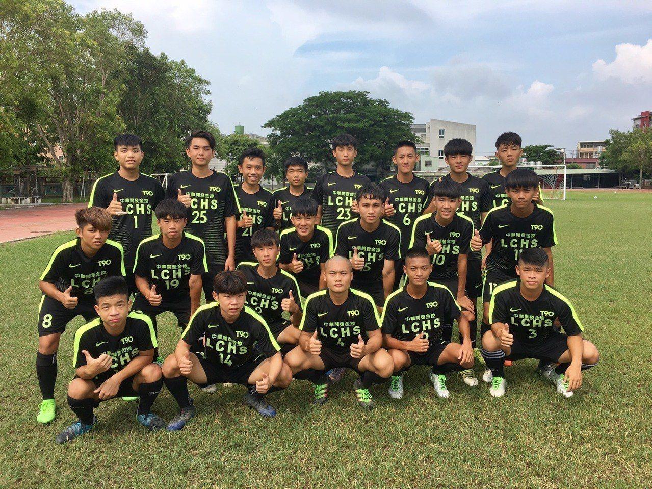 中華開發技藝職能獎學金幫助高雄路竹高中足球隊同學踏實築夢。 圖/開發金控提供