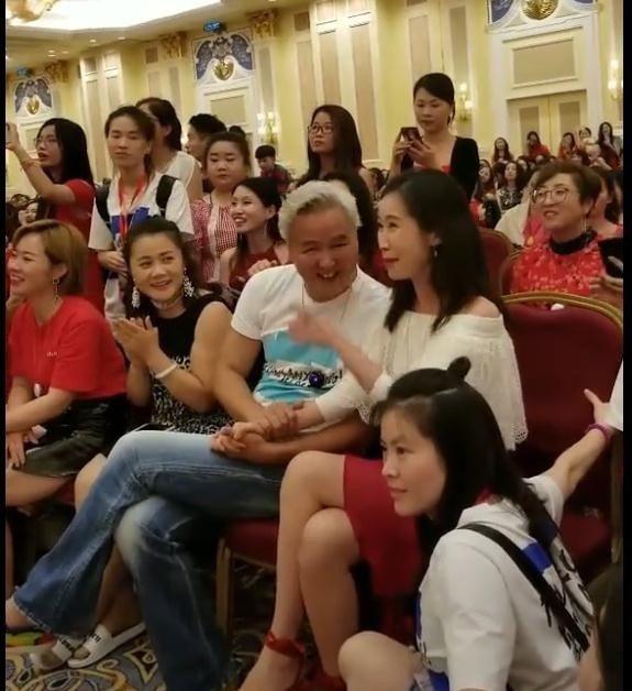 林瑞陽在活動現場和熟女握手引八卦。圖/摘自微博