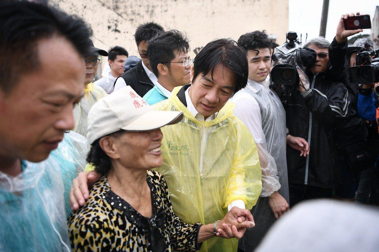 行政院長賴清德今(29)日視察掌潭村淹水水退情形。 圖/行政院提供