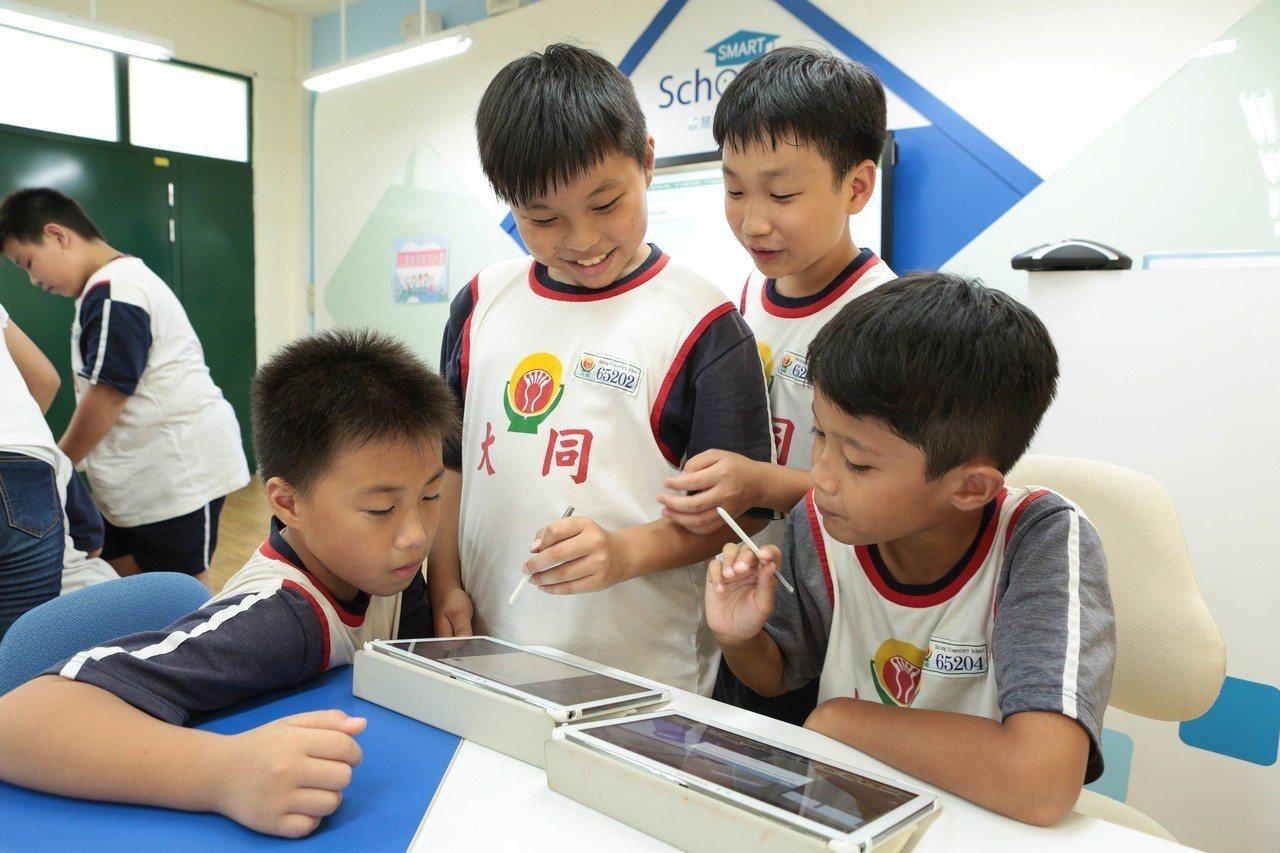 台南市大同國小智慧教室,學生可運用平板拍攝、查詢資料與並以S Pen手寫筆記。圖...