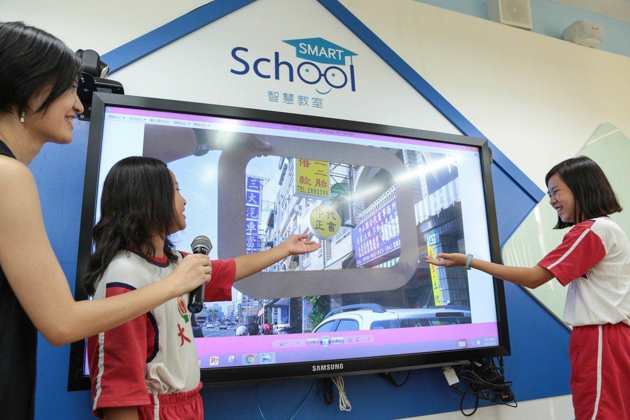 台南市大同國小智慧教室,就是以科技導入教學的最佳實例,老師可以透過搭載S Pen...