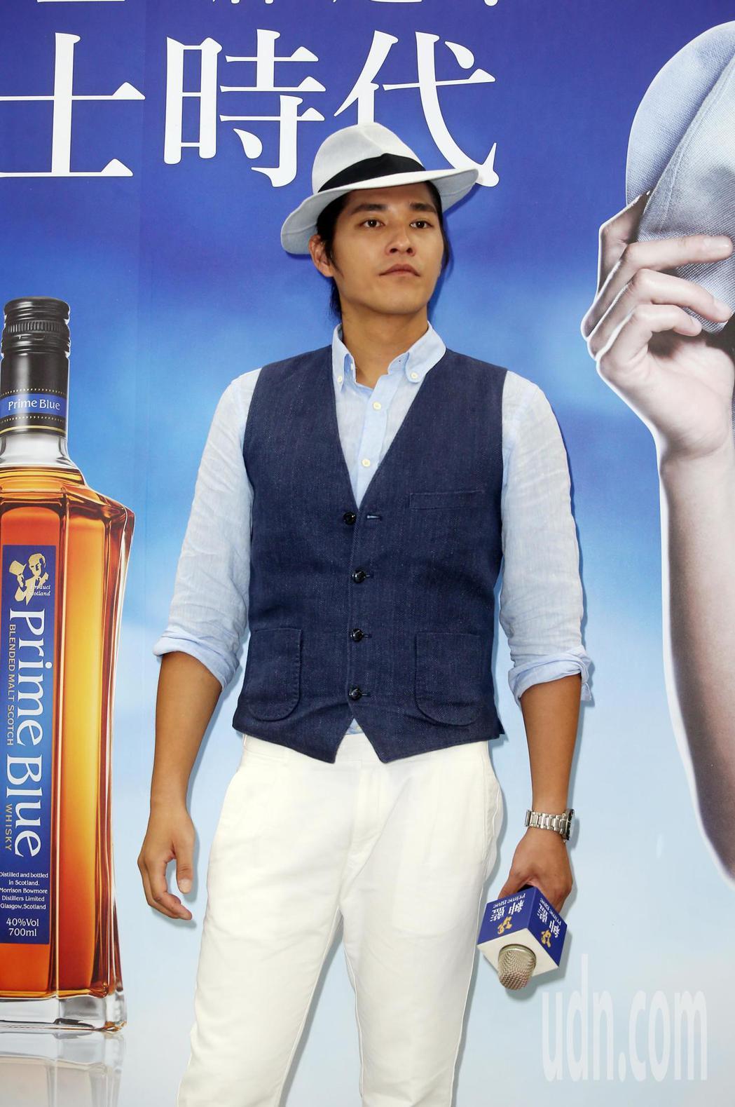 藍正龍下午出席擔任紳藍威士忌銷售員。記者曾吉松/攝影(  ※ 提醒您:禁止酒駕