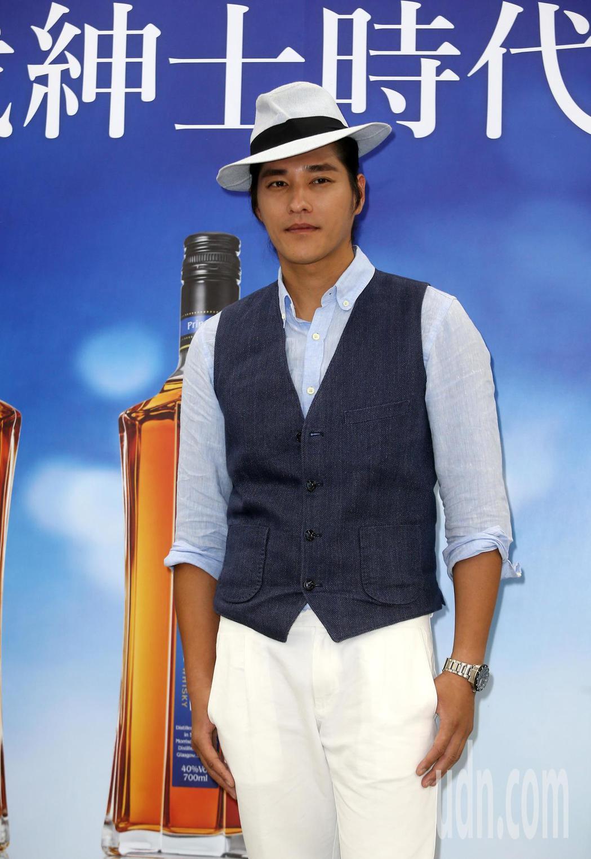 藍正龍下午出席擔任紳藍威士忌銷售員。記者曾吉松/攝影(  ※ 提醒您:禁止酒駕 ...