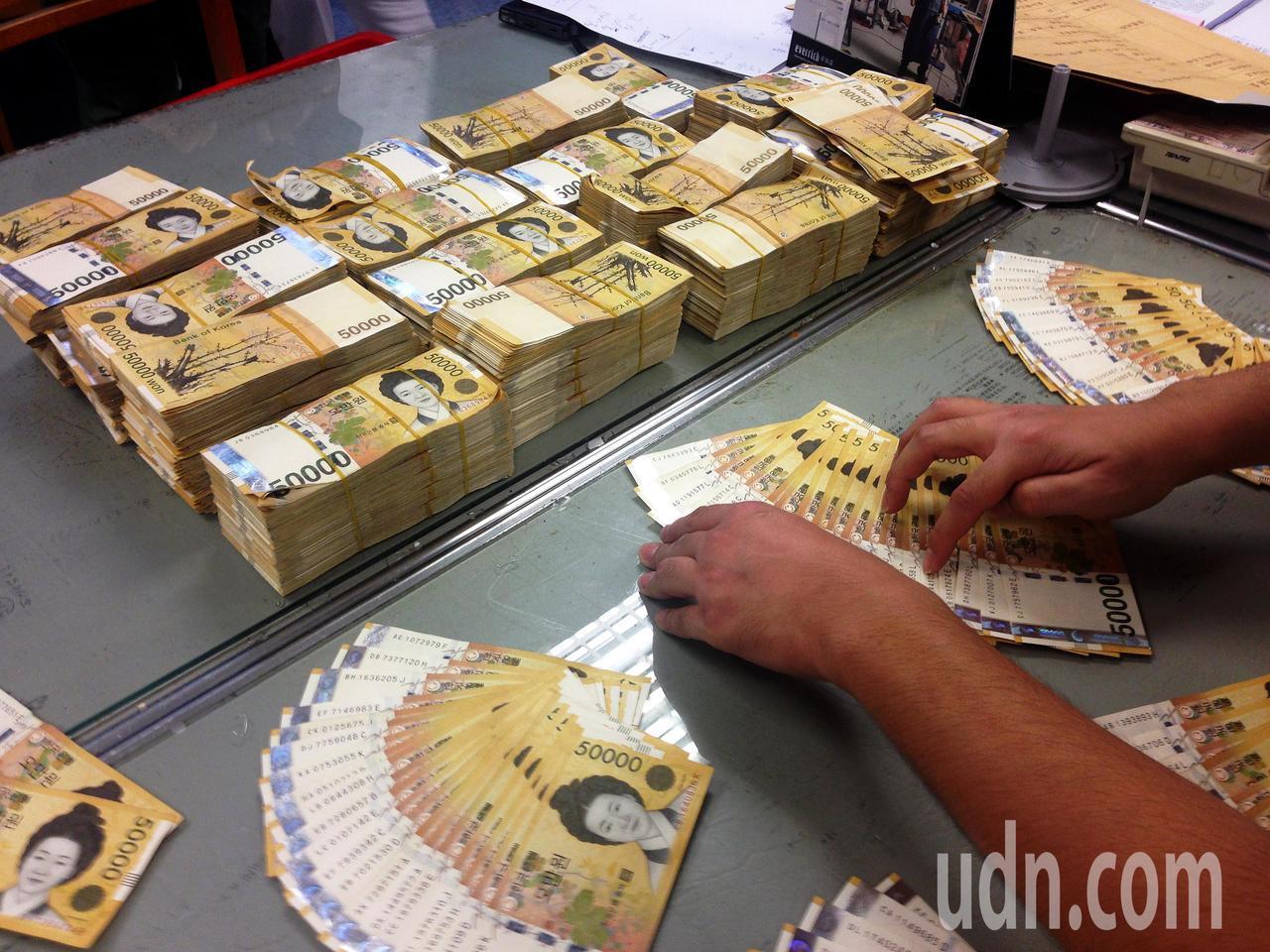 有「台灣賭神」稱號的黃姓男子,在南韓賭場大贏賭金,29日回台卻沒有據實申報,被關...
