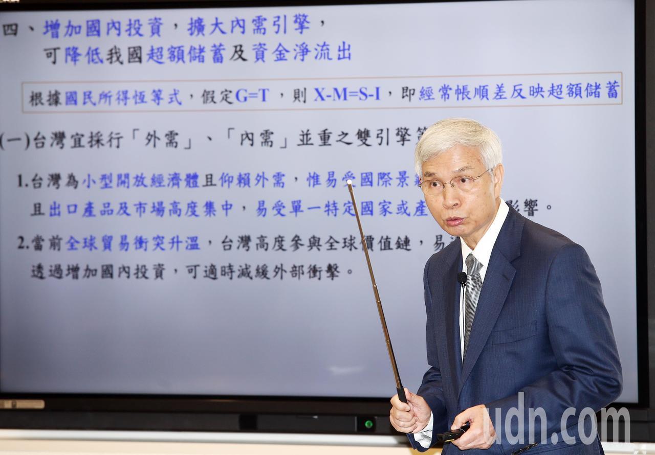 央行總裁楊金龍以圖文方式簡報說明台灣國際收支資金淨流出一事。記者杜建重/攝影