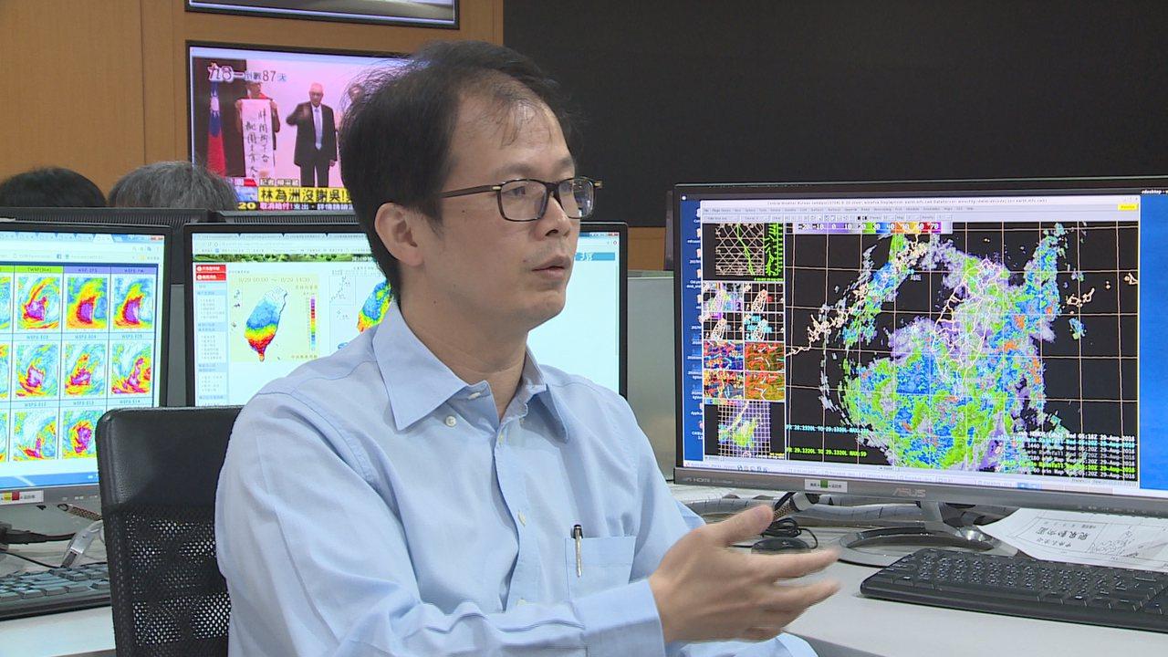 氣象局預報課長黃椿喜說明短時強降雨,要準確地預報機率有相當難度。記者王彥鈞/攝影