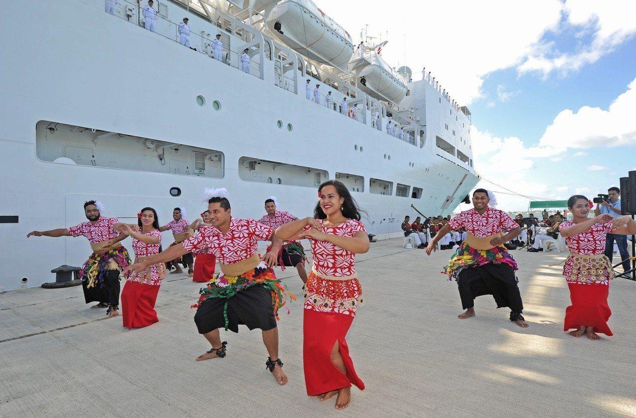 中國海軍醫療船8月13日抵達太平洋島國東加,當地民眾表演傳統舞蹈歡迎。新華社