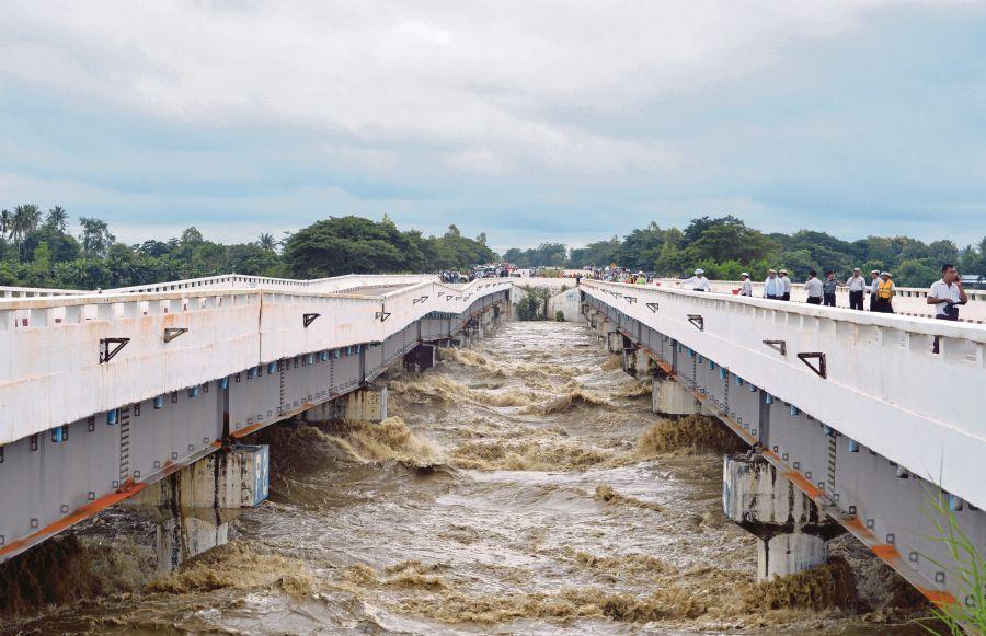 滾滾洪水破壞了高路公路橋樑的部分結構。法新社