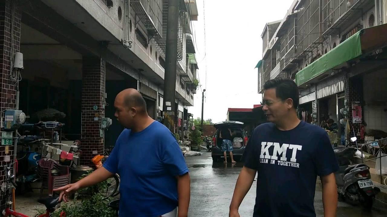 吳育仁(右)今天持續探視災區居民。記者謝恩得/翻攝