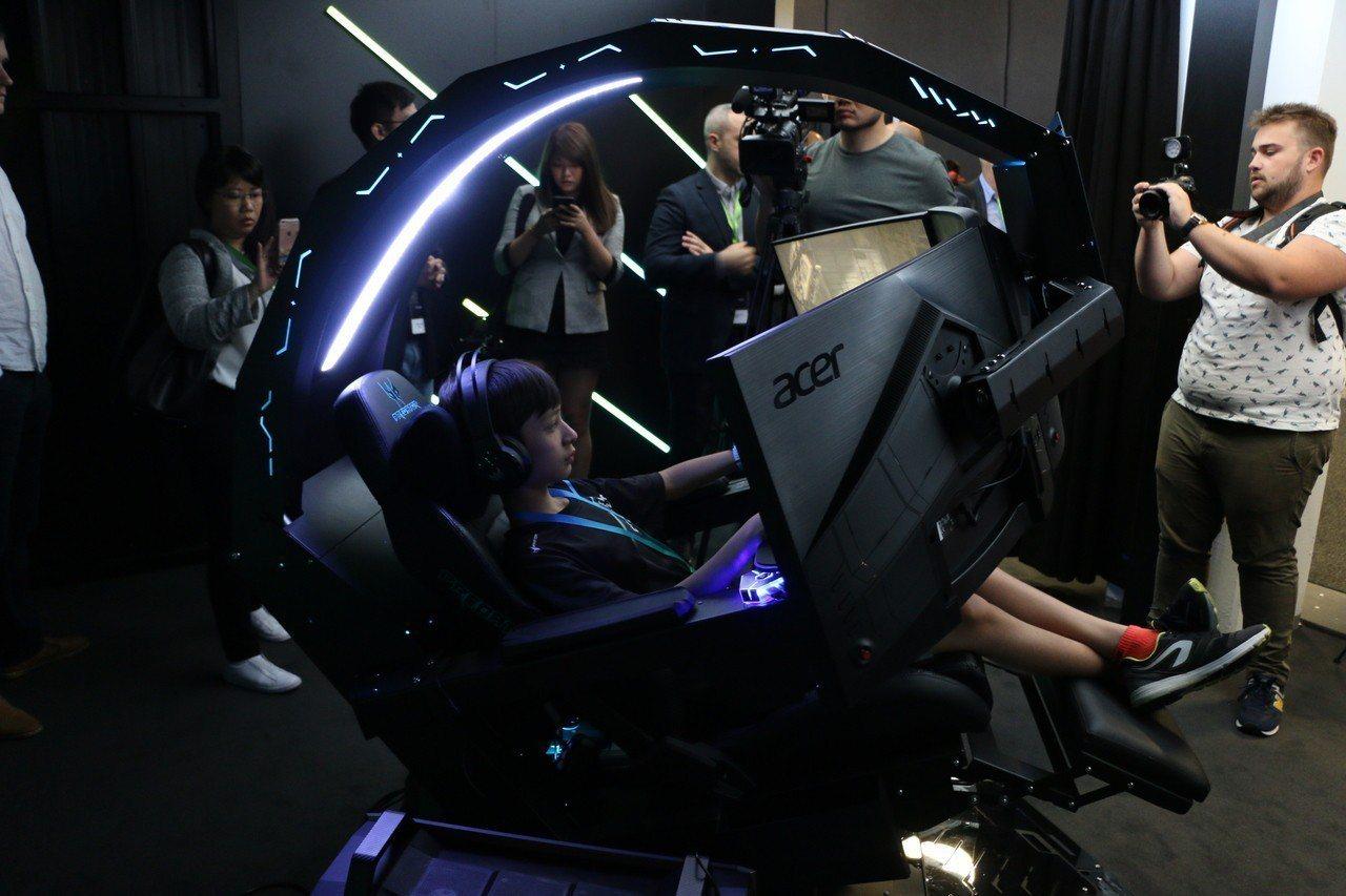 宏碁新推出的電競座艙Predator Thronos超酷炫,售價從1萬美元(約新...