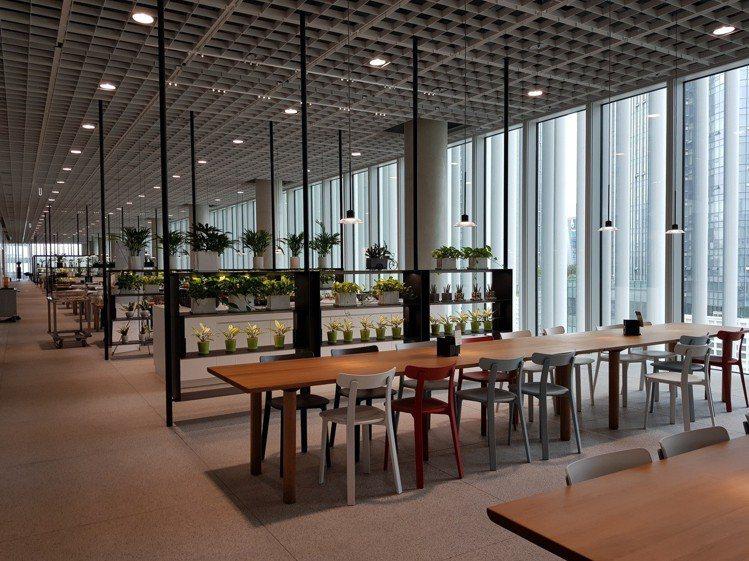 首爾愛茉莉太平洋總部的員工餐廳寬敞舒適。圖/記者陳立儀攝影