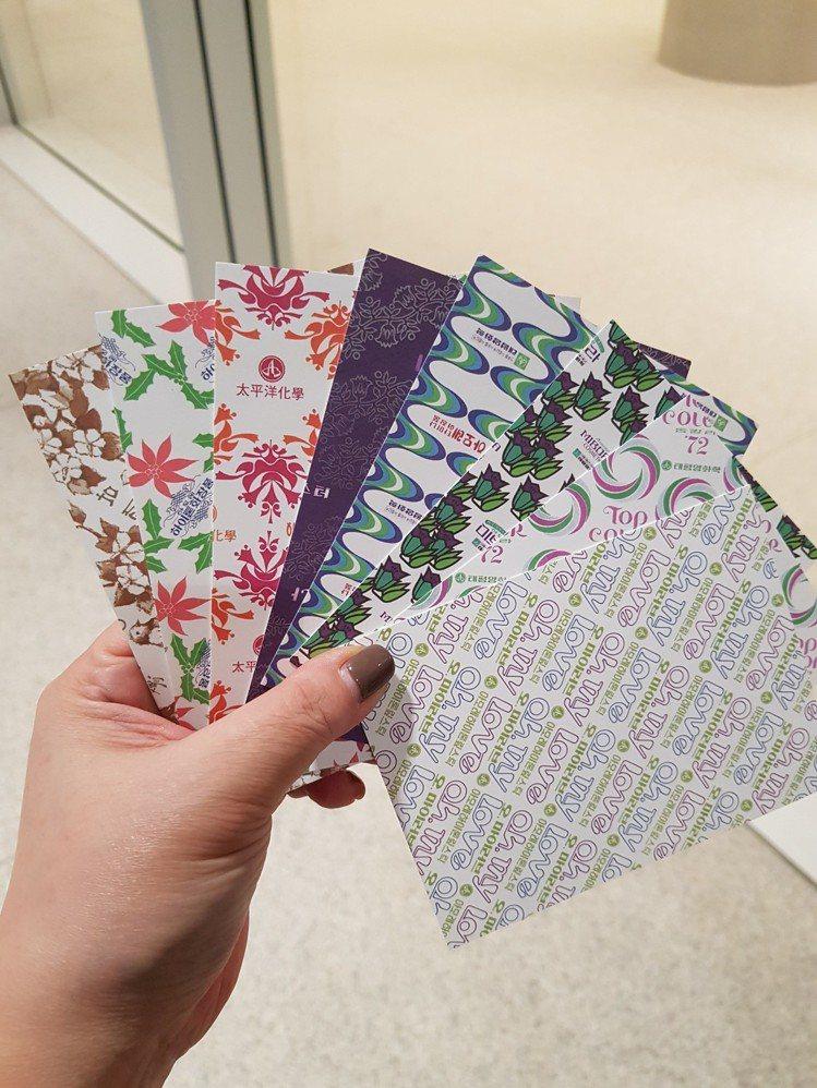 以愛茉莉太平洋集團多年來包裝所設計的明信片,在檔案館可自由拿取。圖/記者陳立儀攝...