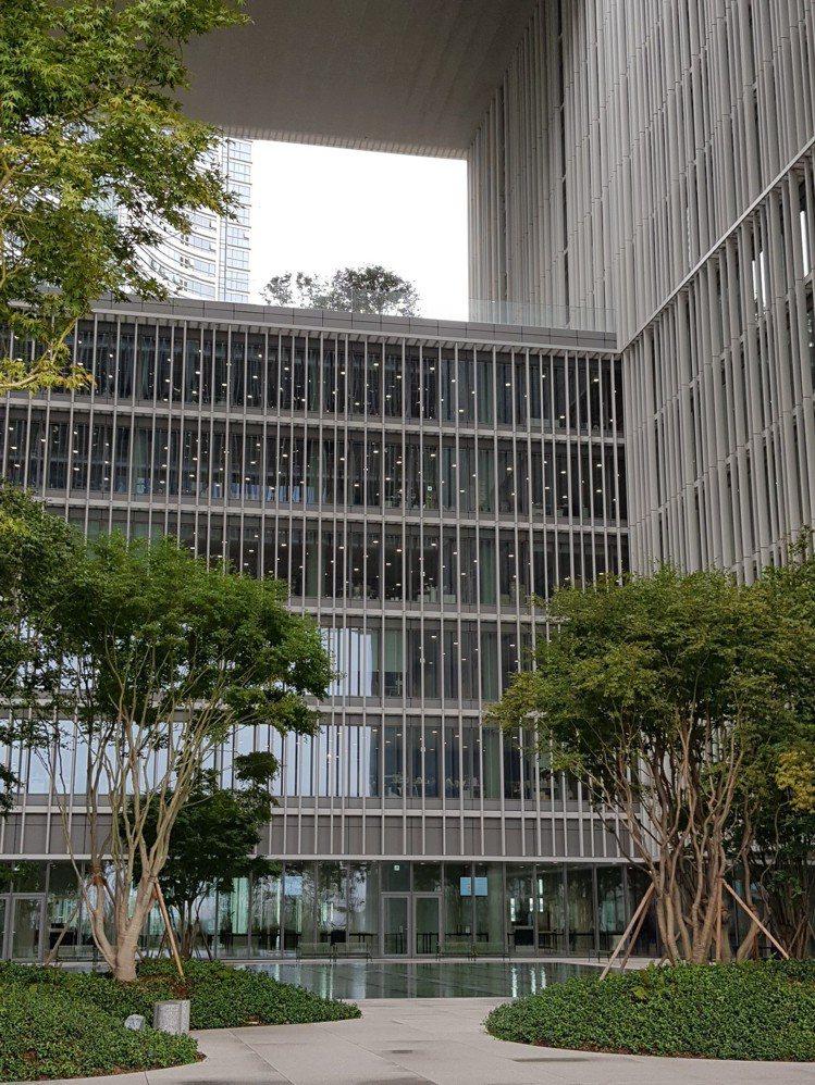 首爾愛茉莉太平洋總部5樓的屋頂花園採用挑高設計,讓上班的員工能夠舒緩身心,感受四...