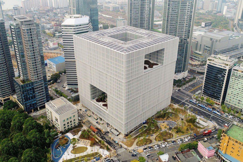 位於首爾龍山區的愛茉莉太平洋總部由英國建築師David Chipperfield...