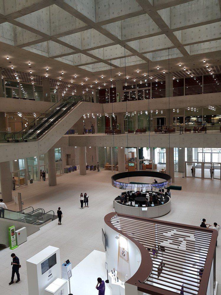 位於首爾龍山區的愛茉莉太平洋總部融合韓式傳統建築概念及現代建築美感,一樓大廳的自...