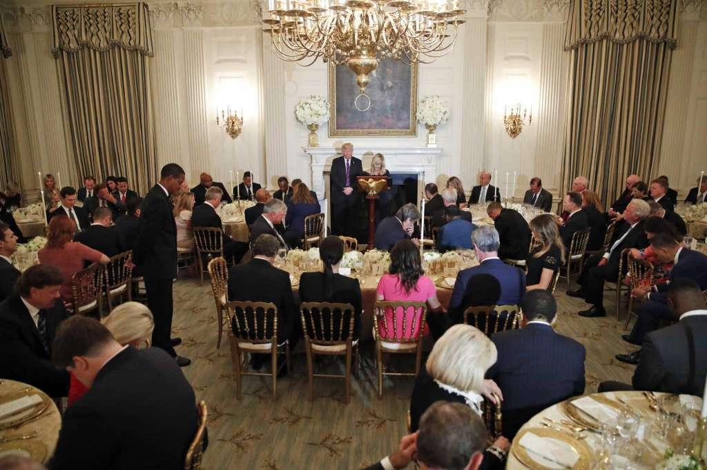 川普27日在白宮宴請多位福音派領袖。美聯社