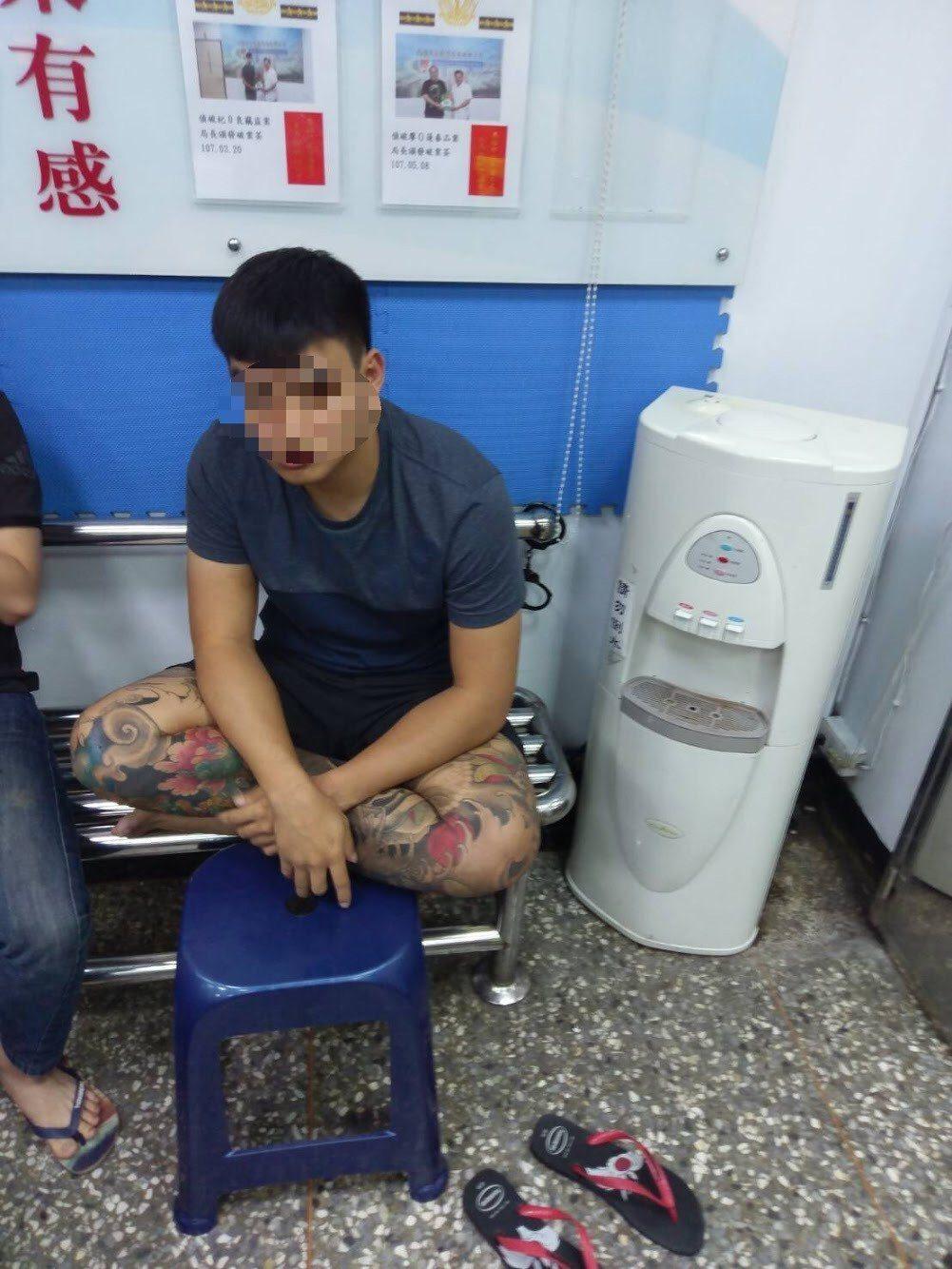 林姓男子與友人在騎樓拉K,被依毒品危害防制條例送辦。記者張媛榆/翻攝