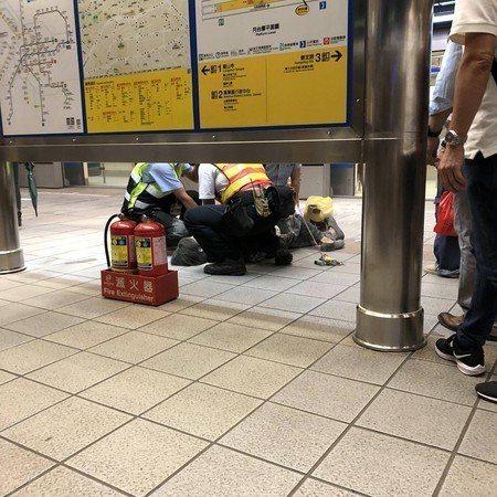 台北捷運板南線今天晚上7時28分傳出往頂埔方向列車車廂有一名婦人持刀最後壓制的情...
