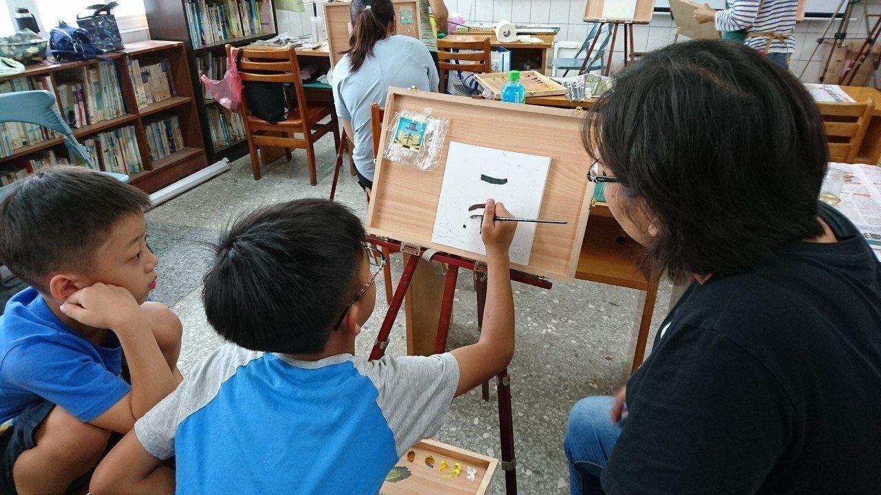 廣興國小開辦免費油畫班,讓偏鄉親子快樂學習油畫。記者何烱榮/攝影