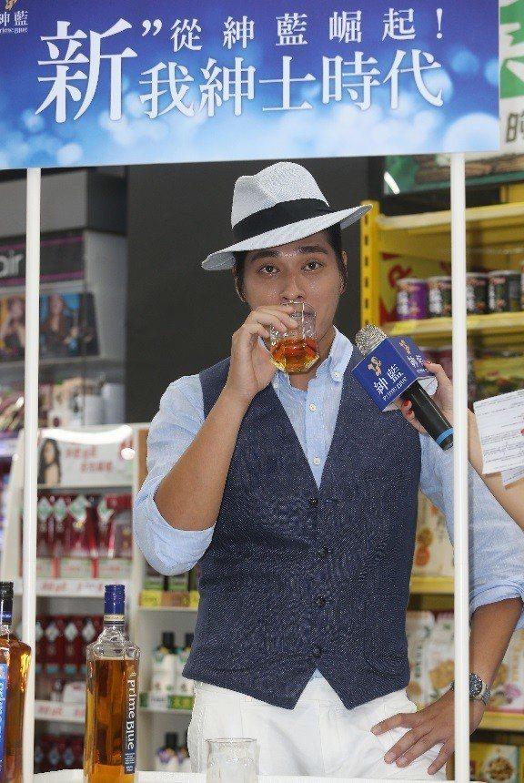 藍正龍擔任紳藍威士忌銷售員,當然也要來一杯。記者曾吉松/攝影(  ※ 提醒您:禁...