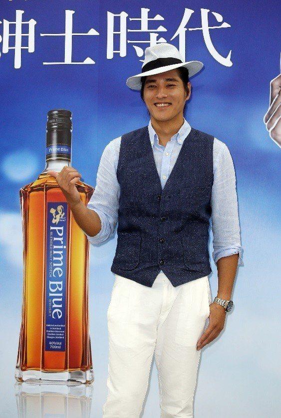 藍正龍出席紳藍威士忌促銷活動,展現型男老爸的魅力。記者曾吉松/攝影