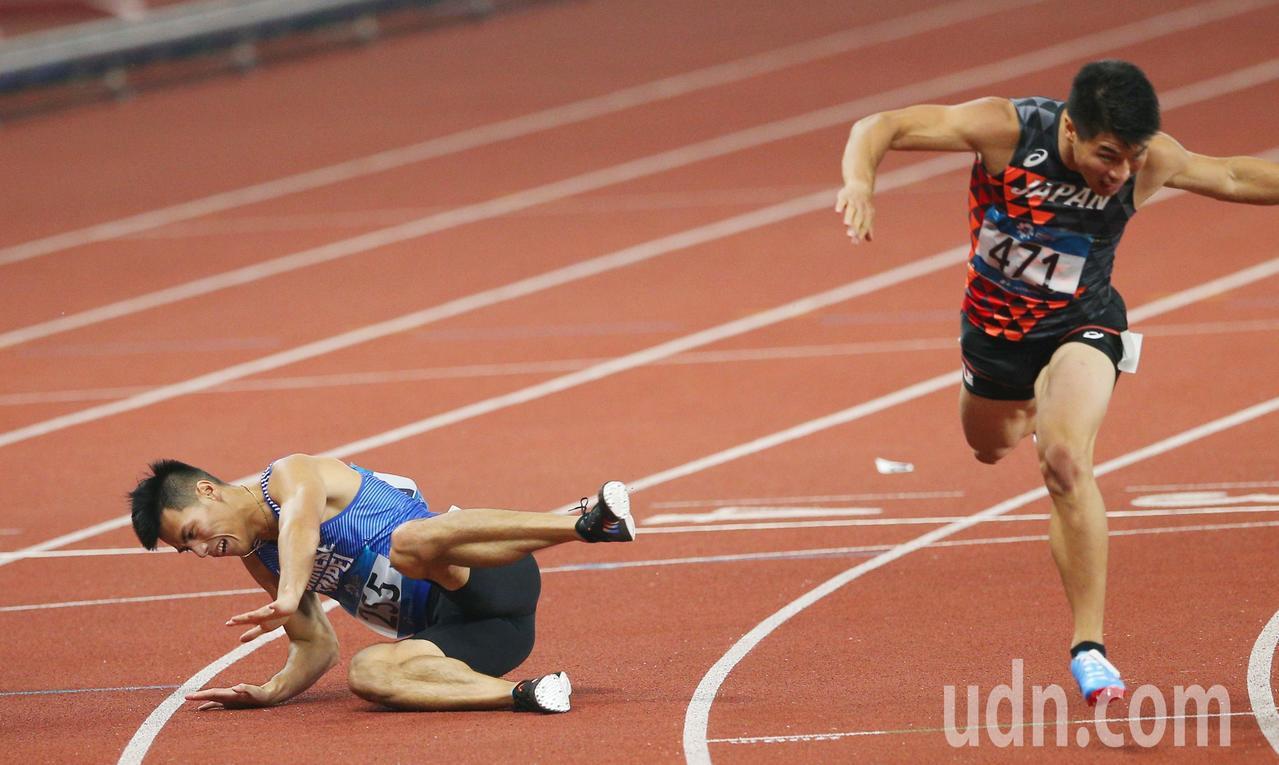 亞運兩百公尺決賽,我短跑好手楊俊瀚(左)奪下銀牌,在終點線不慎摔倒。特派記者陳正...