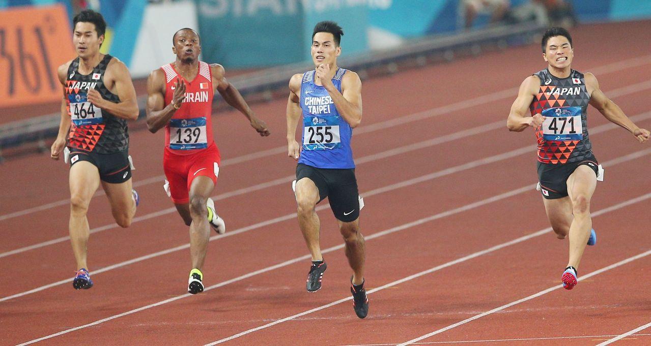楊俊瀚(右二)在亞運田徑200公尺決賽與日本名將小池祐貴同為20秒23,不過經過...