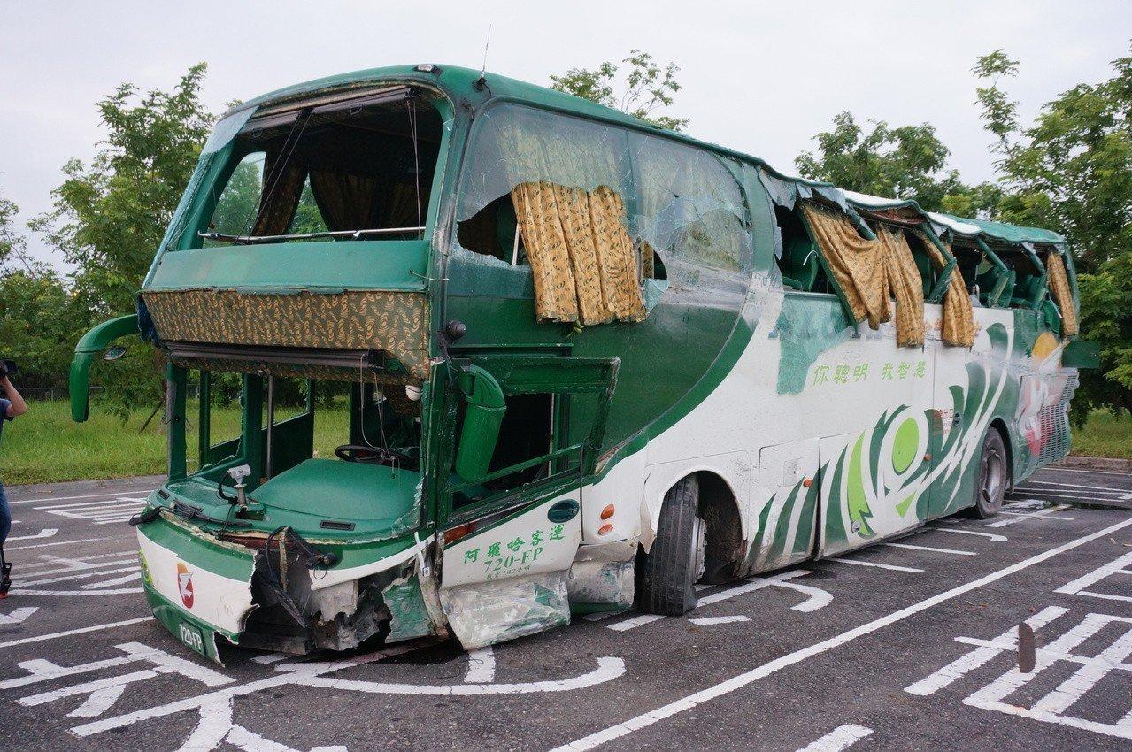 阿羅哈客運車體毀損嚴重。圖/本報資料照片