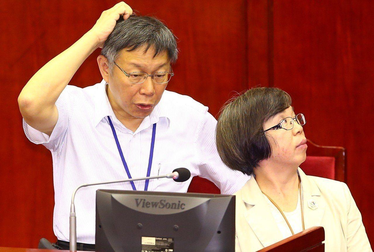 勞動部政務次長蘇麗瓊傳出請辭獲准,是否投入輔選引發揣測。圖為蘇麗瓊(右)與台北市...