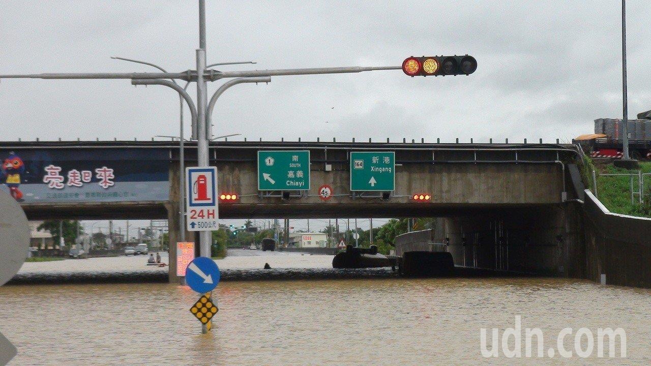 南部近日豪雨成災,許多民眾的住家及汽車都泡水。產險公會表示,到目前為止,針對本次...