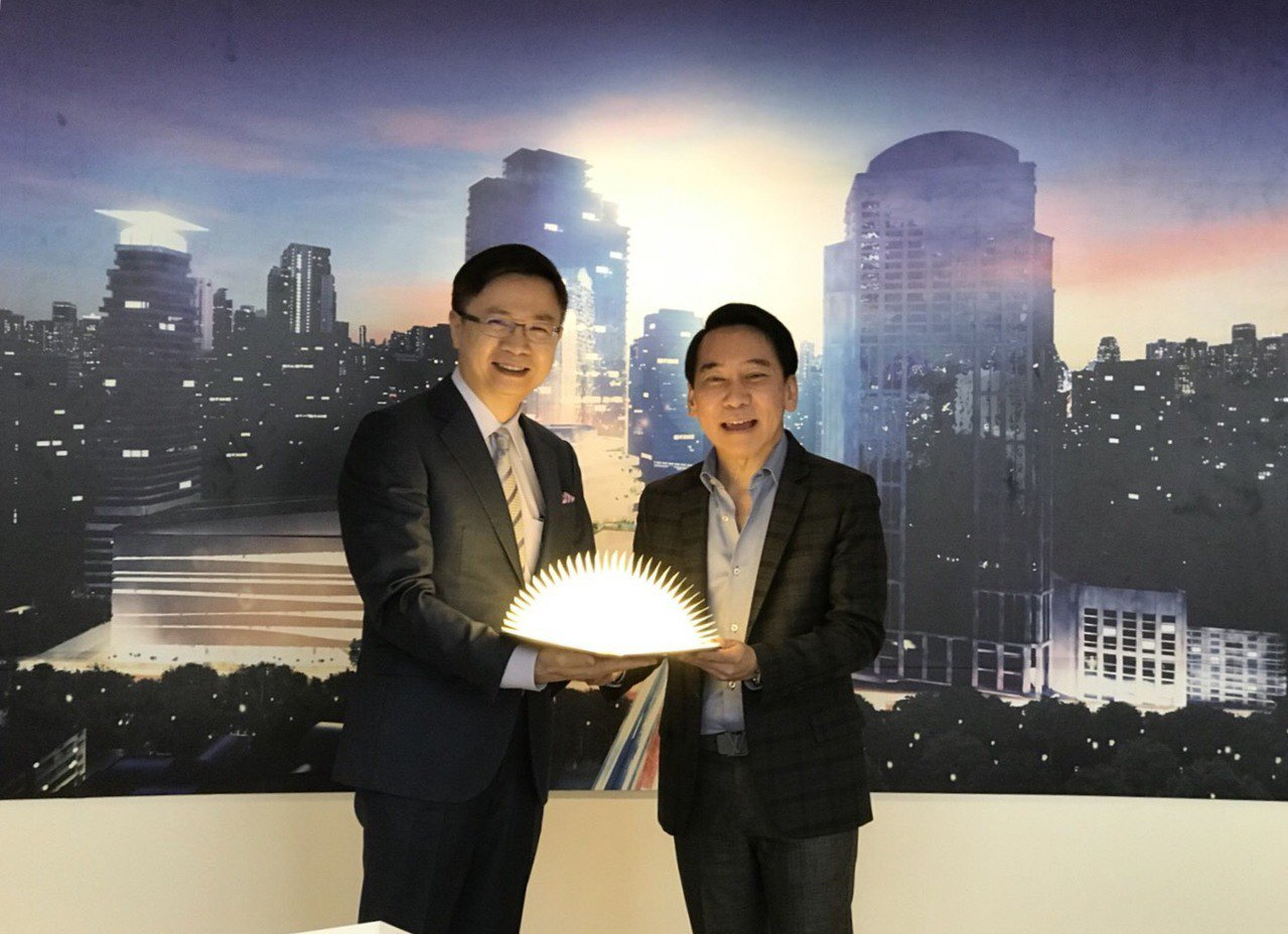 外貿協會董事長黃志芳(左)致贈台灣文創品「LED書燈」予The Emquarit...