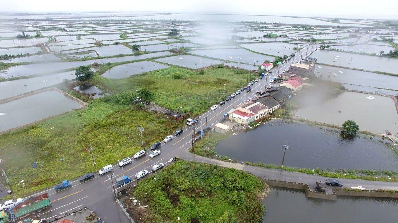 中央災害應變中心今天晚上舉行第17次工作會議,指出南部各縣市積、淹水地區的災情已...