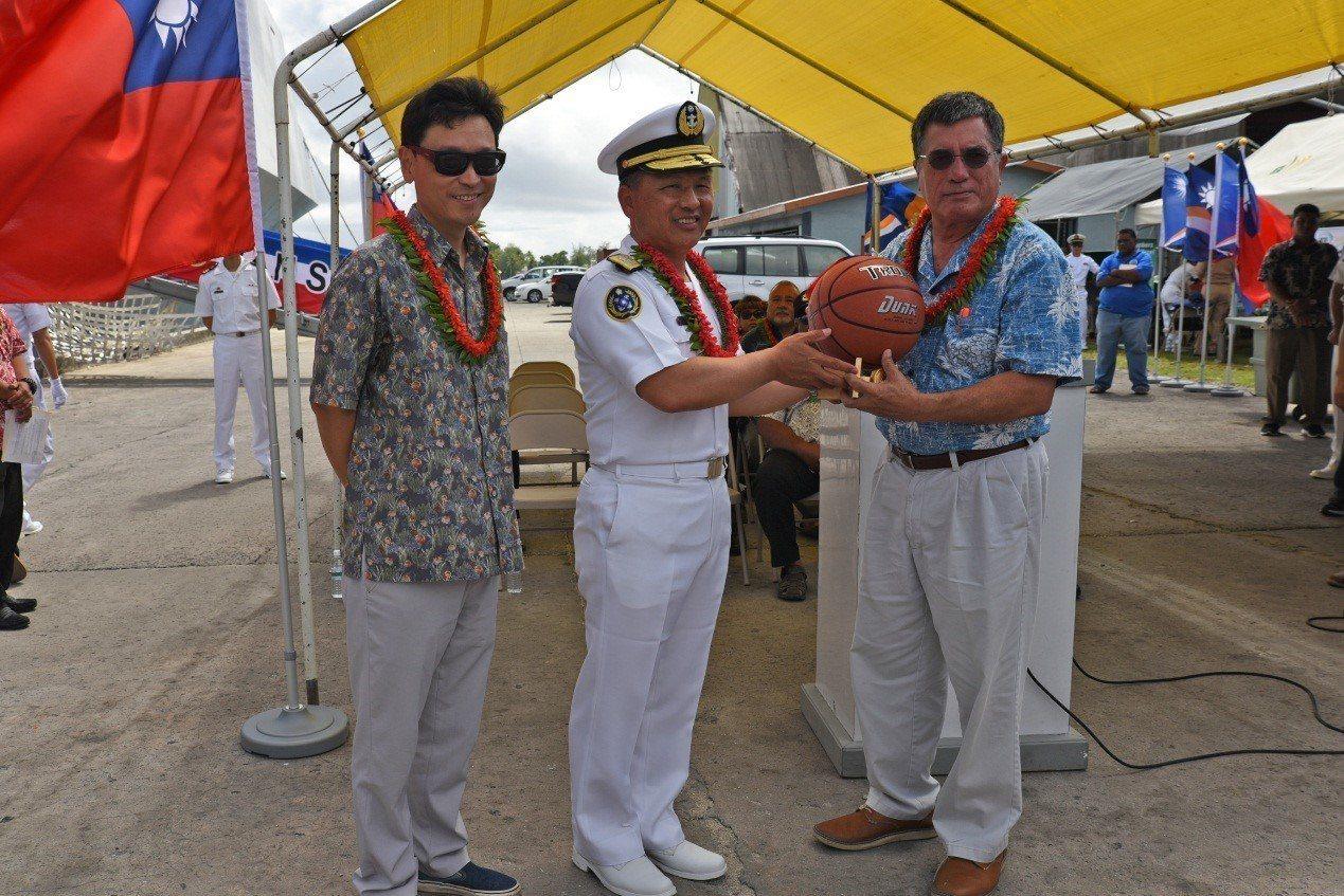 高嘉濱少將(中)是今年海軍敦睦支隊指揮官。圖/中華民國駐馬紹爾共和國大使館網頁