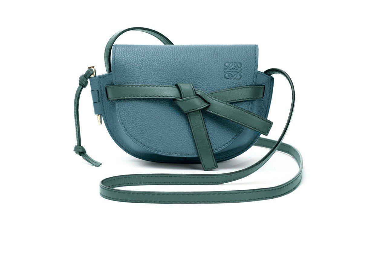 Gate藍綠色小牛皮肩背包(迷你),售價41,000元。圖/LOEWE提供