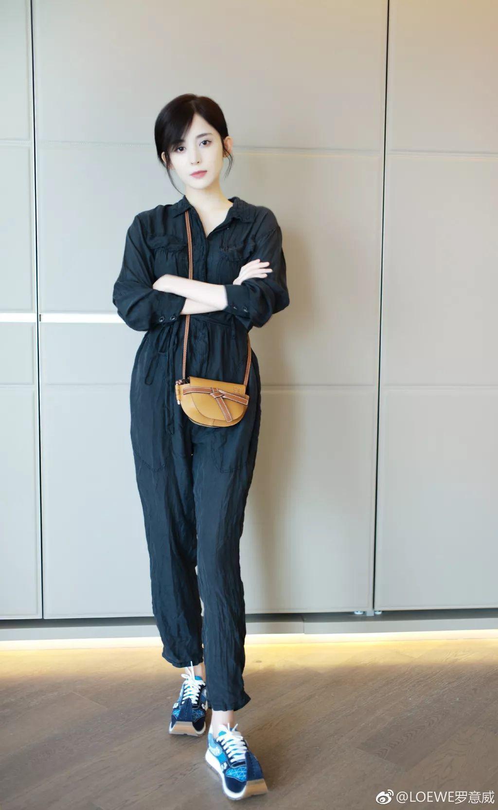 古力娜札以LOEWE Gate Bag和鞋履穿出帥氣品味。圖/取自微博