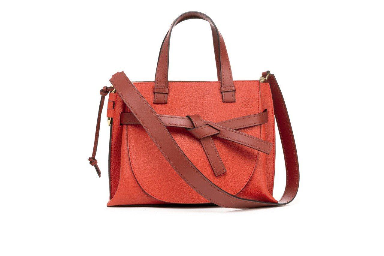 Gate Tote緋紅色小牛皮肩背提包,售價88,000元。圖/LOEWE提供
