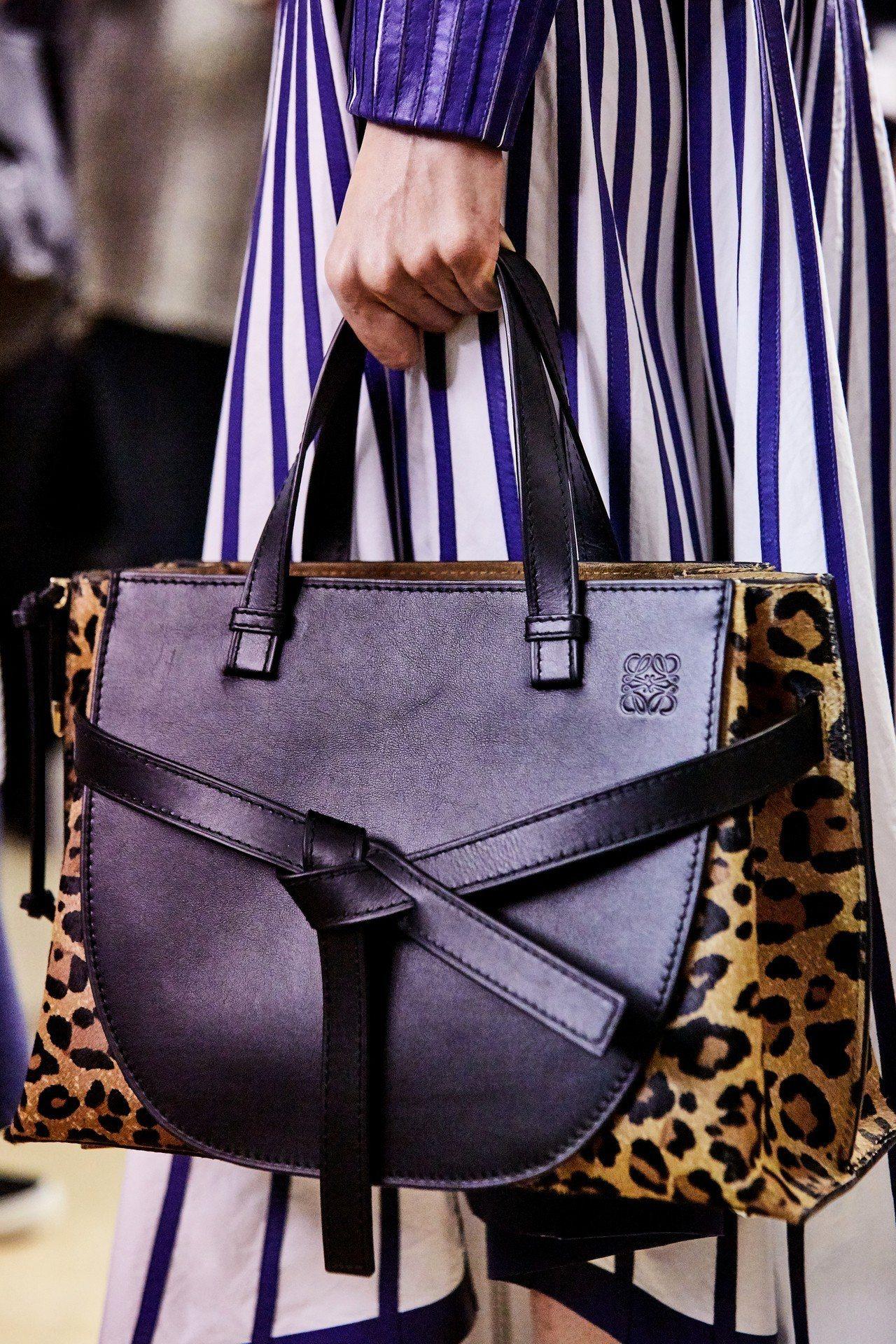 Gate Tote豹紋小牛皮肩背提包,售價130,000元。圖/LOEWE提供