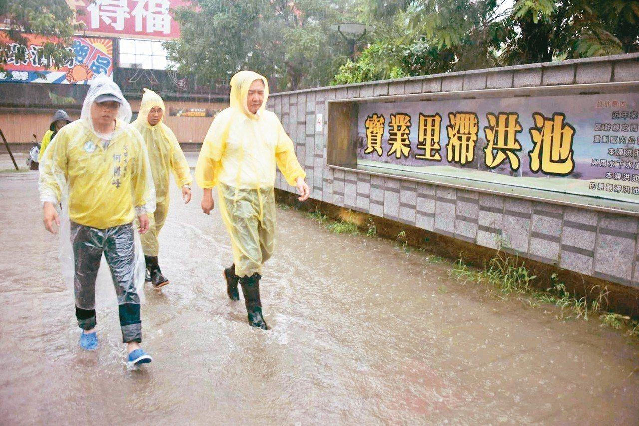 日前豪雨造成高市多處淹水,代理市長許立明(右)當時前往勘災。 圖/高雄市府提供