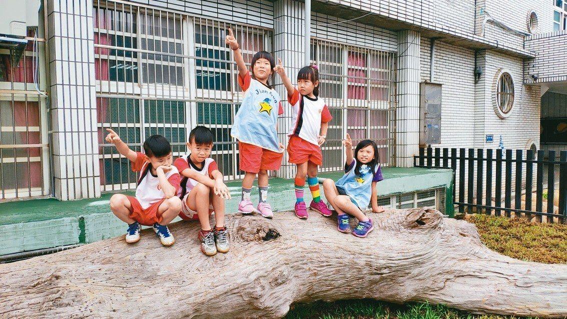 桃園建國國小附設幼兒園,利用園內空間、地形打造全桃園第一座地景遊戲區,期望讓幼童...