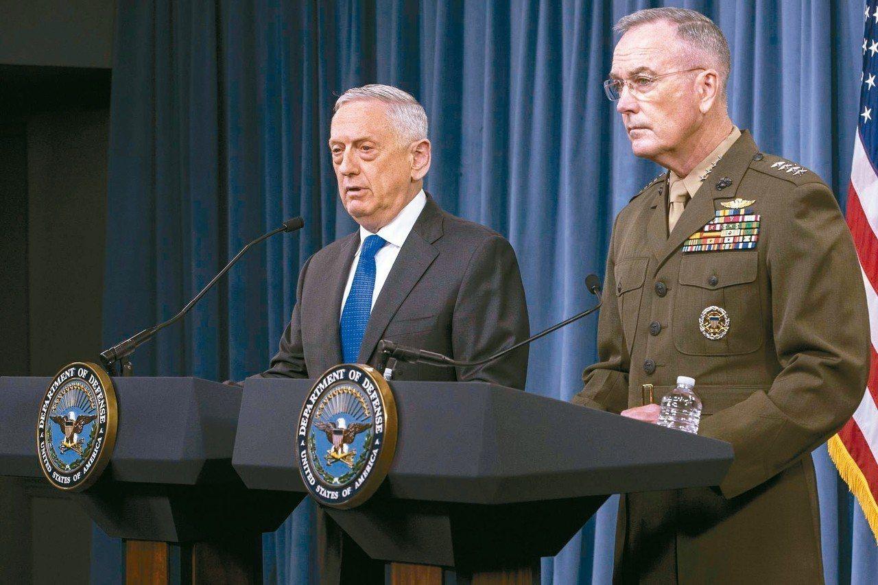美國國防部長馬提斯(左)廿八日表示,明年美韓聯合軍演可能恢復舉行,雖然尚未確定,...
