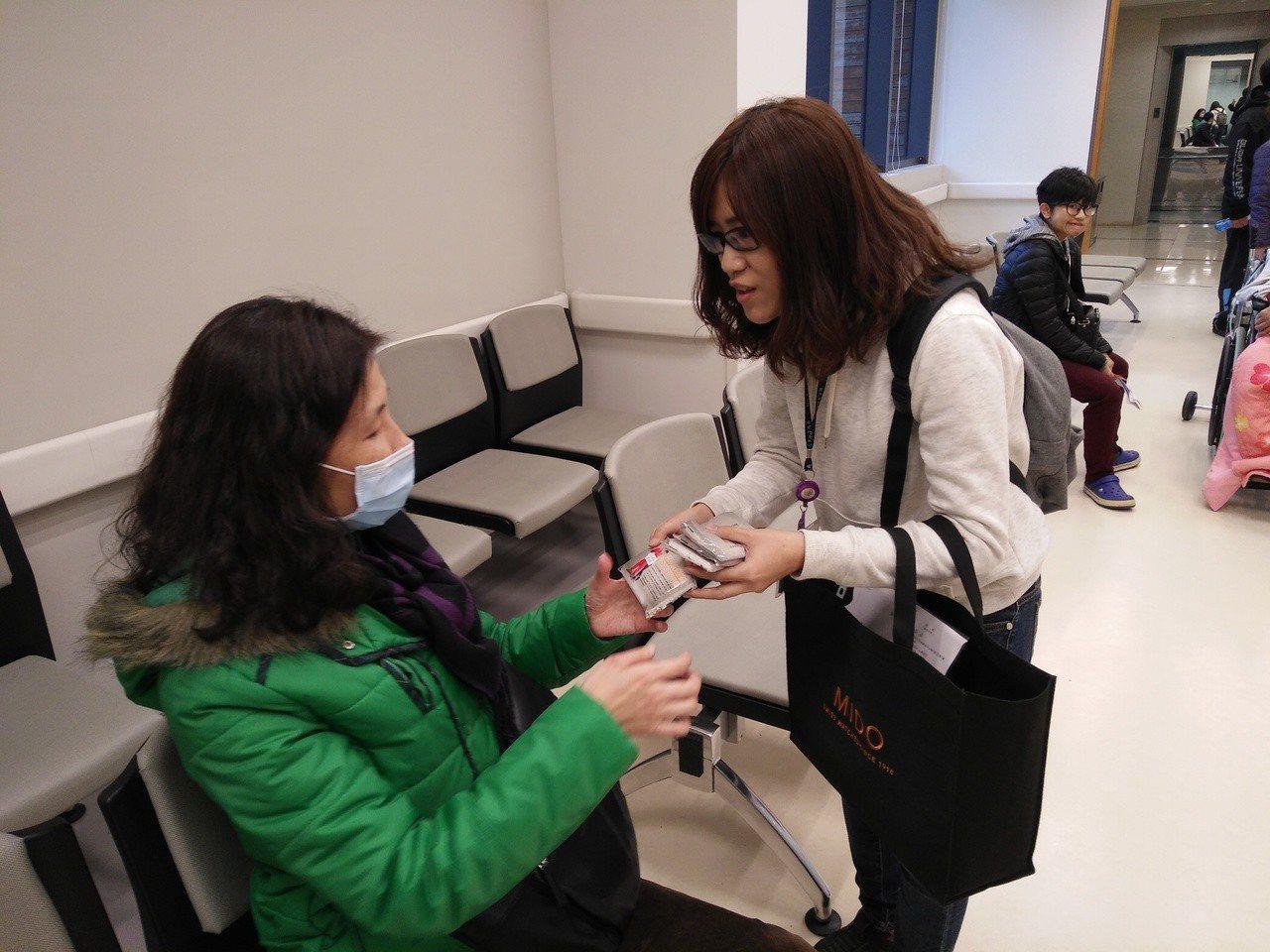 勞工局派員到醫院宣導,以免誤雇非法外勞挨罰。圖/勞工局提供