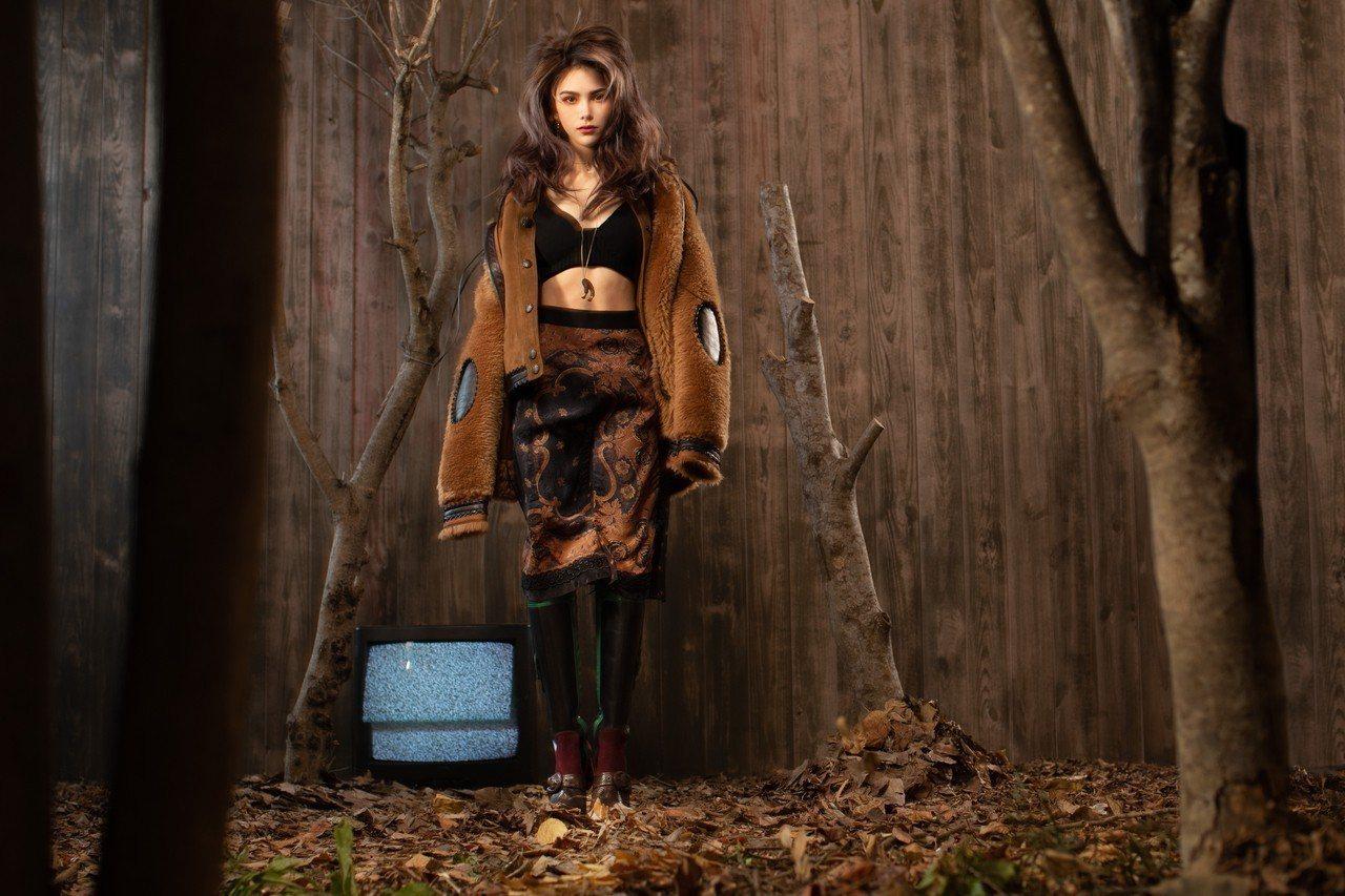 昆凌身上的翻皮羊毛、皮革單品都是COACH具風格的標誌單品。圖/COACH提供