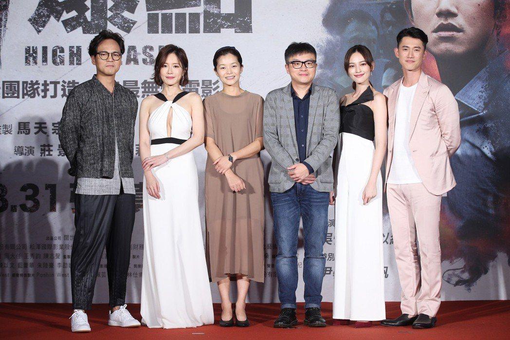 電影「引爆點」今天在台北信義威秀中庭舉辦盛大首映會,導演莊景燊(右三)、編劇王莉...