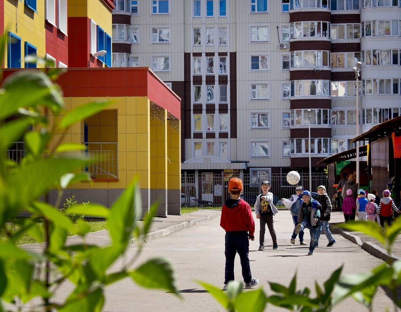 俄羅斯學生年平均上學時數僅500小時,一群小學生課後在學校外踢足球。 (美聯社)