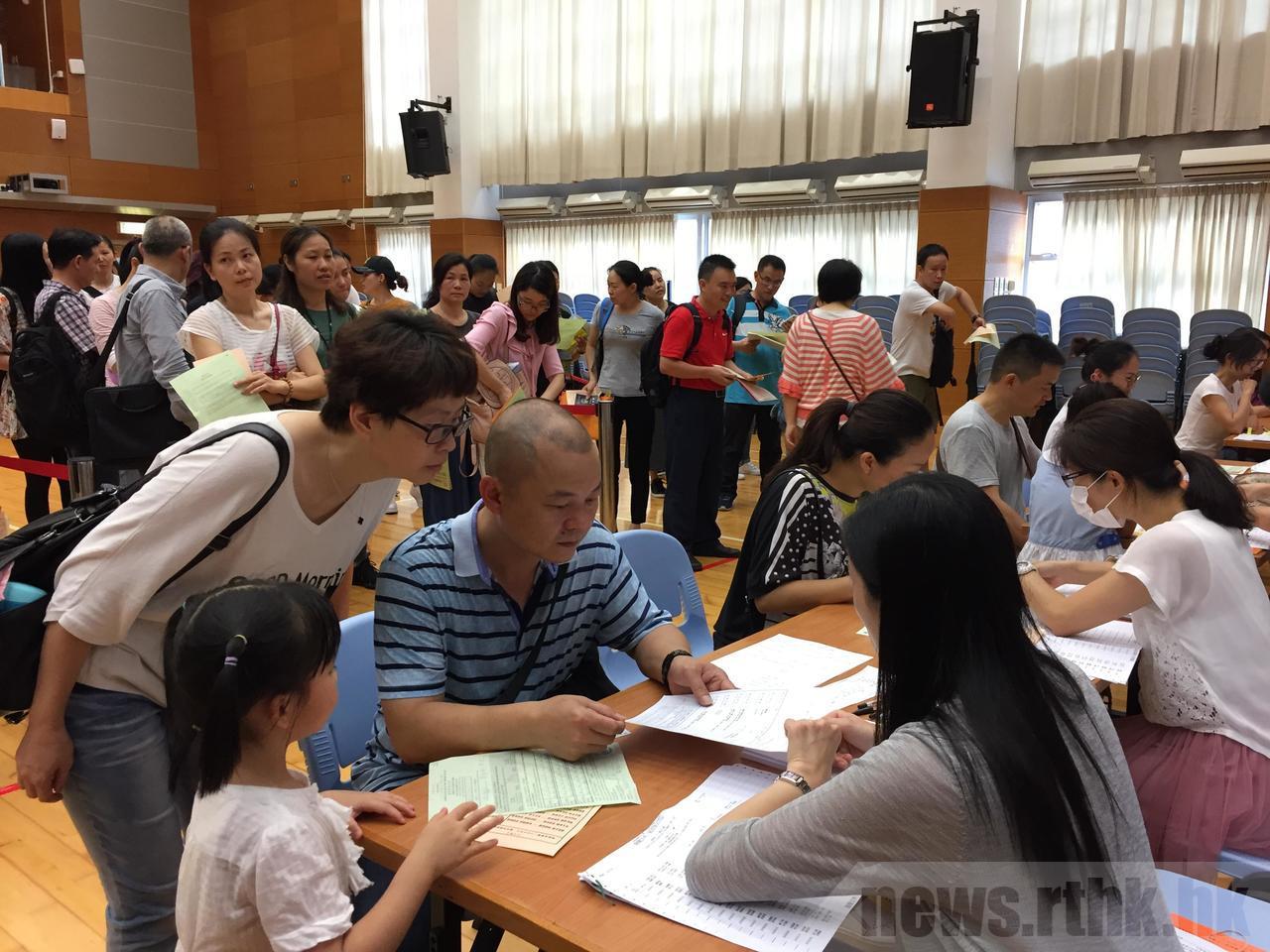 香港的升學競爭從小學就開始,學費也是全球最高,圖為家長為將上小學一年級的學生登記...