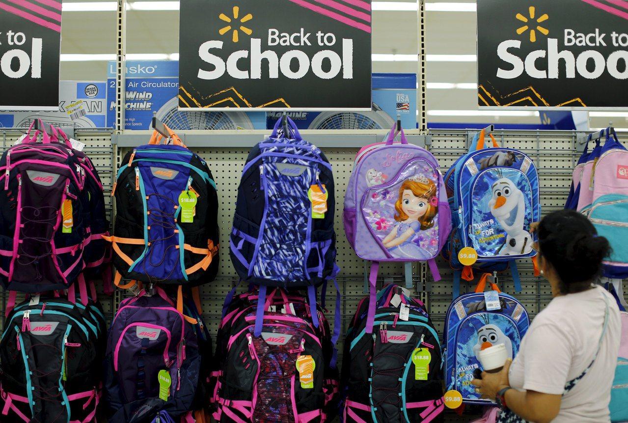 每年8月的開學季時,美國家長就忙著為子女採購上學用品,圖為一名婦女在賣場幫孩子挑...